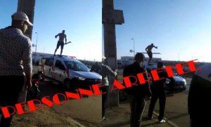 توقيف شخص اعتلى سطح سيارة تابعة للشرطة وخربها