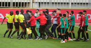 إيقاف لاعبين من مولودية الجزائر اعتدوا على حكم بالدار البيضاء